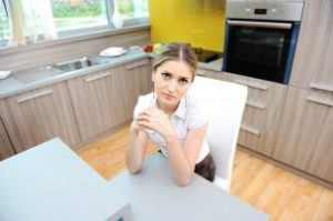 syoung-beautiful-blonde-woman-in-kitchen-sitting-on-chair_rKNuqarj-304x202